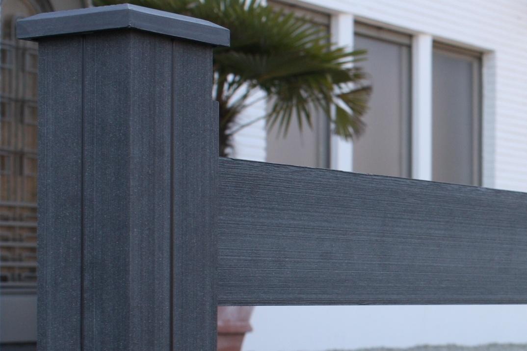 Grafitová černá (GB) barva dřevoplastového plotu